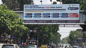 Salah Satu Billboard Outdoor PT. Lintas Mediatama yang berlokasi di Surapati Bandung menampilkan visual berupa dukungan terhadap pemerintah mengenai pembatasan sosial berskala besar di kota Bandung